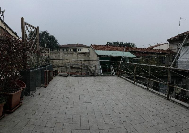 Appartamento arredato con terrazzo in affitto ad for Appartamento affitto aprilia arredato