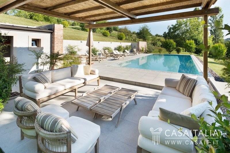 Cascina b b con piscina in vendita nel monferrato for Case in vendita orta di atella