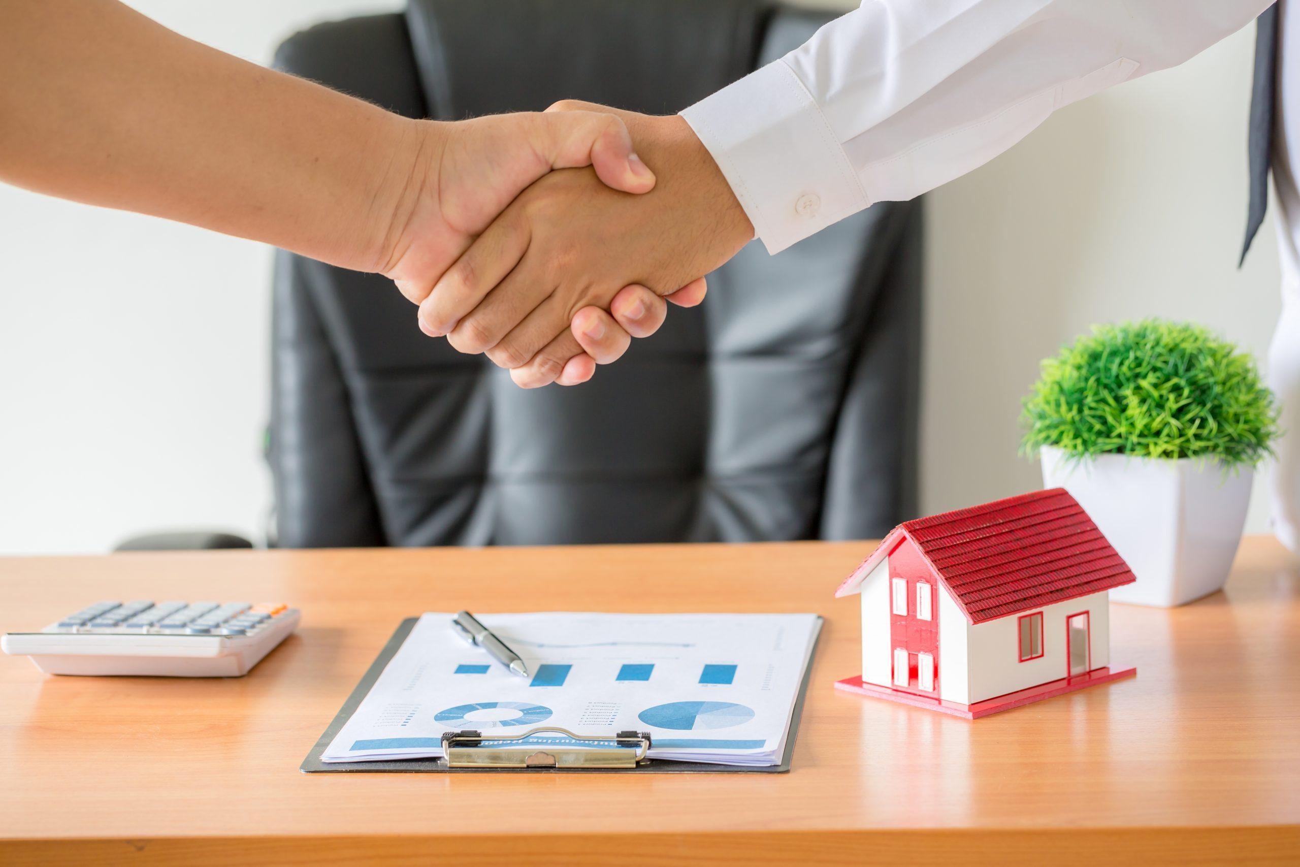 due persone firmano un contratto immobiliare